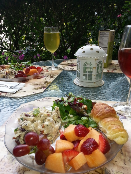 There was a nice brunch at home, al fresco.  Looks rather magazine coverish, no?  Mom's chicken salad rocks.